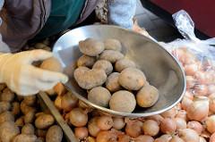 Marktstand  mit Kartoffeln /  Waagschale auf dem Wochenmarkt in der Möllner Landstraße in Hamburg Billstedt.