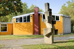 Betonskulptur beim Haus der Jugend in Hamburg Bramfeld. Bildhauer Karl August Ohrt - Tanzende Steine, 1968.