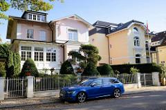 Wohnhäuser / Stadtvillen im Baustil des Historismus in der Schoenaich-Carolath-Straße im Hamburger Stadtteil Groß Flottbek.