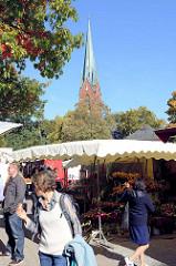 Wochenmarkt in Hamburg Blankenese, Blankeneser Markt - die Kirche / Marktkirche.
