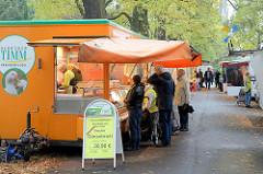 Marktstände  auf dem Wochenmarkt im Hamburger Stadtteil Hamm.