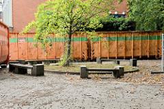 Teilabriss der Irena Sendler Schule im Hamburger Stadtteil Wellingsbüttel; alte Sitzecke mit einem zu Ehren der Widerstandskämpferin gepflanzten Baumes.