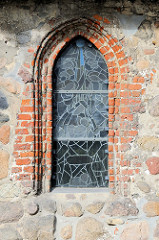 Fenster und Mauerwerk der denkmalgeschützte Alt-Rahlstedter Kirche, urkundlich erwähnt erstmals 1248.  Bilder der Kulturdenkmäler der Hansestadt Hamburg.