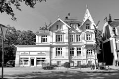 Wohnhaus am Nienstedtener Marktplatz im Hamburger Stadtteil Nienstedten, erbaut im späten 19. Jahrhundert - das Gebäude steht als Kulturdenkmal Hamburgs unter Denkmalschutz.