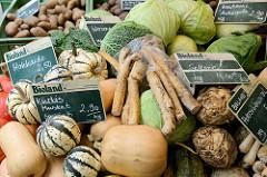 Marktstand mit frischem Gemüse auf dem Hamburger Wochenmarkt Barmbek Süd / Vogelweide.