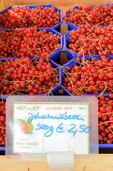 Obststand auf dem Wochenmarkt Hamburg Bramfeld,  Schalen mit roten Johannisbeeren.