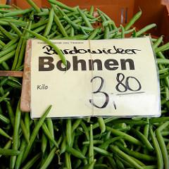 Wochenmarkt im Hamburger Stadtteil Bramfeld, Herthastraße  - Gemüsestand mit frischem Gemüse;  Kisten mit Bardowicker Bohnen.