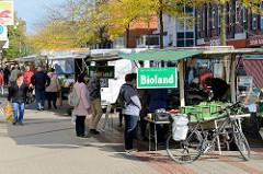 Marktstände auf dem Wochenmarkt im Hamburger Stadtteil Rahlstedt, Rahlstedter Bahnhofstraße.