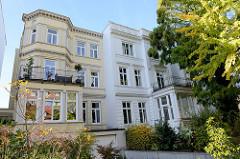 Denkmalgeschützte  Wohnhäuser am Hallerplatz in Hamburg Rotherbaum, errichtet um 1880. Das Gebäude rechts wurde von dem Architekten Ernst Stuhlmann 1873 entworfen.