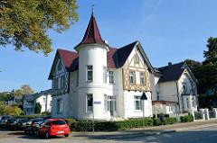 Jugendstilvilla mit Erkerturm und Fachwerkgiebel an der Amtsstraße im Hamburger Stadtteil Rahlstedt.