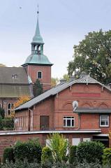 Blick zur denkmalgeschützten St- Pakratiuskirche in Hamburg Ochsenwerder.