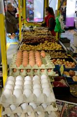Wochenmarkt in Hamburg Uhlenhorst / Immenhof - Marktstand mit frischen Eiern und Kartoffeln.
