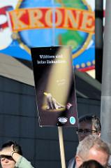 Tierschützer protestieren mit  Mahnwachen gegen die Dressur und Manegenauftritt von Wildtieren beim Hamburger Gastspiel vom Circus Krone -  Schild Wildtiere sind keine Zirkustiere - wie lustig ist Leid?