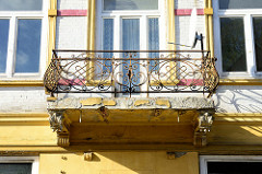 Balkongitter aus Metall, abbröckelnder Putz eines leer stehenden Mietshauses in der Schulstraße von Pinneberg.