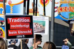 Tierschützer protestieren mit  Mahnwachen gegen die Dressur und Manegenauftritt von Wildtieren beim Hamburger Gastspiel vom Circus Krone - Schild Tradition rechtfertigt kein Unrecht.