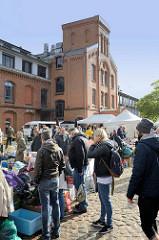 Kultur Flohmarkt auf dem Hof vom Museum der Arbeit in Hamburg Barmbek Nord - ehemaliges Fabrikgelände der New-York Hamburger Gummi-Waaren Compagnie.