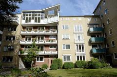 Wohnhäuser im Hamburger Stadtteil Uhlenhorst - Architektur der 1970er Jahre - moderne Dachwohnung wahrscheinlich nachträglich aufgesetzt.