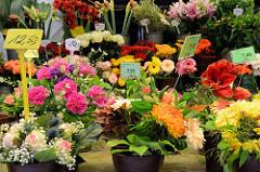Blumenstand mit frisch gebundenen Blumensträußen auf dem Wochenmarkt in der Möllner Landstraße in Hamburg Billstedt.