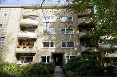 Architektur der 1960er Jahre - Wohnblock im Hamburger Stadtteil Uhlenhorst; symmetrische Anordnung der abgerundeten Balkone, gelbe Klinkerfassade.