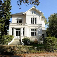 Wohnhaus / Stadtvilla im Baustil des Historismus in der Schoenaich-Carolath-Straße im Hamburger Stadtteil Groß Flottbek.