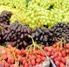 Wochenmarkt auf dem Burchardplatz im Kontorhausviertel in dem Hamburger Stadtteil Altstadt. Marktstand mit Obst und Gemüse - Weintrauben.
