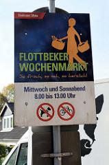 Hinweisschild vom Bezirksamt Altona auf den Flottbeker Wochenmarkt im Hamburger Stadtteil Groß Flottbek.