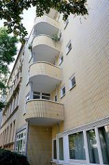 Architektur der 1960ger Jahre im Hamburger Stadtteil Uhlenhorst; abgerundete Balkons, gelbe Fliesen /Kacheln.