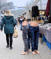 Marktstand mit Kleidung, halbierte Puppen mit Jeans auf dem Wochenmarkt in der Fussgängerzone der Möllner Landstraße im Hamburger Stadtteil Billstedt.