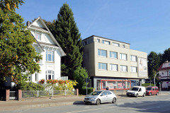 Historische und moderne Architektur im Hamburger Stadtteil Rahlstedt, Stadtvilla der Gründerzeit und kubisches Wohn- und Geschäftshaus an der Amtsstraße.