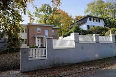 Modernes Einfamilienhaus in der Hölderlinstraße von Hamburg Groß Flottbek, im Hintergrund rechts das denkmalgeschützte Landhaus Kettler im Papenkamp.