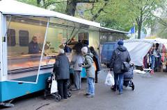 Marktstand  auf dem Wochenmarkt im Hamburger Stadtteil Hamm.