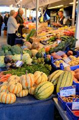 Marktstand mit Obst und Gemüse auf demWochenmarkt im Hamburger Stadtteil Rahlstedt, Rahlstedter Bahnhofstraße.