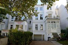 Denkmalgeschützte Wohnhäuser am Hallerplatz in Hamburg Rotherbaum; das Einfamilienhaus  rechts wurde 1872 errichtet, Architekt W. A. Böttger, das Gebäude links entstand auch 1872 der Architekt war P. H. Kryck.