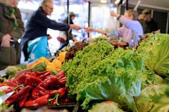 Wochenmarkt auf dem Nienstedtener Marktplatz im Zentrum vom Hamburger Stadtteil Nienstedten - Gemüsestand mit Paprika und Salat.