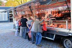 Marktstand einer Fleischerei auf dem Wochenmarkt Quedlinburger Weg im Hamburger Stadtteil Niendorf.