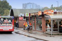 Geschäfte und neuer Eingang zu den Bahnsteigen am Bahnhof Pinneberg; Zustand 2014. Die Ladenzeile wurde zwischenzeitlich abgerissen.