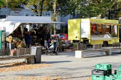 Marktstände auf dem Wochenmarkt am Hallerplatz im Hamburger Stadtteil Rotherbaum.