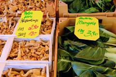 Wochenmarkt im Hamburger Stadtteil Groß Flottbek / Osdorfer Landstraße -  Marktstand mit polnischen Pfifferlingen  und deutschem Mangold.