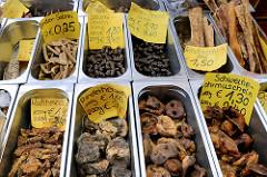Marktstand mit Hundefutter, verschiedene Leckereien z.B. Rinderherzen oder Hühnerhälse zum Knappern für den Hund auf dem Wochenmarkt in der Möllner Landstraße in Hamburg Billstedt.