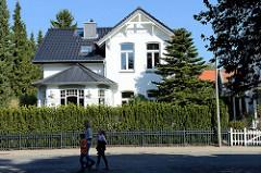 Wohnhaus / Einzelhaus mit weißer Fassade im grünen Stadtteil Hamburg Nienstedten.