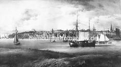 Blick über die Elbe auf Altona - historisches Panorama der Stadt am Fluß. Frachtsegler / Ewer fahren auf der Elbe - re. der Kirchturm der St. Trinitatiskirche.
