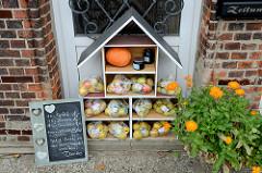 Straßenverkauf von Äpfeln, Quitten und Birnen am Tatenberger Deich im Hamburger Stadtteil Tatenberg.