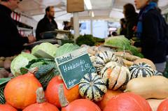 Gemüsestand mit Kohl und Kürbissen auf dem Wochenmarkt Vogelweide im Hamburger Stadtteil Barmbek Süd.