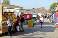 Marktstände auf dem Wochenmarkt im Hamburger Stadtteil Groß Flottbek / Osdorfer Landstraße.