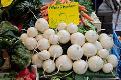 Marktstand mit frischem Gemüse / Mairübchen auf dem Wochenmarkt in der Möllner Landstraße in Hamburg Billstedt.