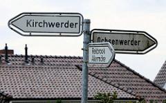 Hinweisschilder, schwarze Schrift auf weißem Grund zu den Hamburger Stadtteilen Kirchwerder, Ochsenwerder, Reitbrook und Allermöhe.