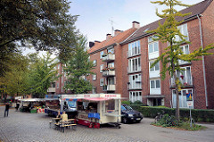Marktstände auf dem Hamburger Wochenmarkt Barmbek Süd / Vogelweide.