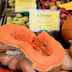 Gemüsestand mit einem aufgeschnittenen Kürbis auf dem Wochenmarkt in der Möllner Landstraße in Hamburg Billstedt.