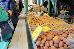 Marktstand  mit Kartoffeln auf dem Wochenmarkt in der Möllner Landstraße in Hamburg Billstedt.