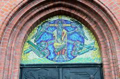 Mosaik über dem Eingang der katholische St. Michael Kirche in Pinneberg, erbaut 1906 - Architekt Franz Hellenkamp.